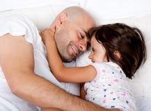 使用在河床上的父亲和女儿早晨 免版税库存照片