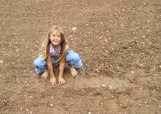 使用在泥的讨厌的女孩 免版税库存图片