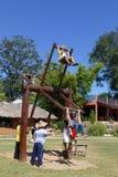 使用在泰国传统木摇摆的人们 免版税库存照片