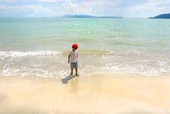 使用在泰国海和白色沙滩的亚裔男孩 免版税库存照片