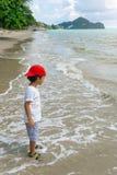 使用在泰国海和白色沙滩的亚裔男孩 免版税图库摄影