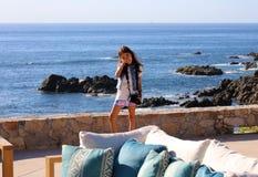 使用在洋锋的小女孩在Los Cabos墨西哥手段峭壁海 免版税库存照片