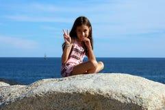 使用在洋锋的小女孩在Los Cabos墨西哥手段峭壁海 库存图片