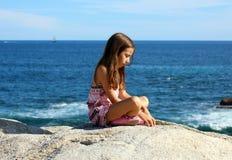 使用在洋锋的小女孩在Los Cabos墨西哥手段峭壁海 库存照片