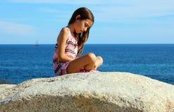 使用在洋锋的小女孩在Los Cabos墨西哥手段峭壁海 免版税库存图片