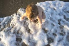 使用在海泡沫的男婴在Islantilla海滩,西班牙 图库摄影