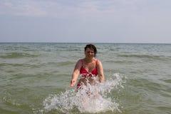 使用在海波浪的妇女 免版税库存图片