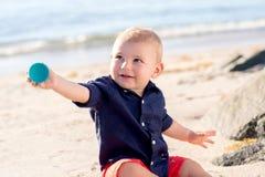 使用在海滩的一个岁男婴 库存图片