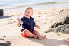 使用在海滩的一个岁男婴 免版税库存图片