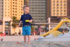 使用在海滩的两岁的小孩 库存照片
