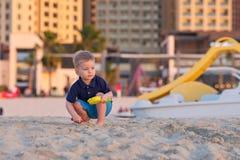 使用在海滩的两岁的小孩 库存图片