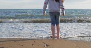 使用在海滩的女孩在夏天 股票录像