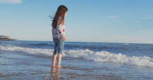 使用在海滩的女孩在夏天 影视素材