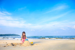 使用在海滩的小女孩 库存图片