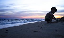 使用在海滩的男婴剪影在magnific期间 图库摄影