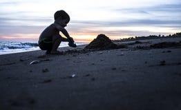 使用在海滩的男婴剪影在magnific期间 免版税图库摄影