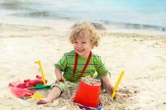 使用在海滩的逗人喜爱的子项 免版税库存照片