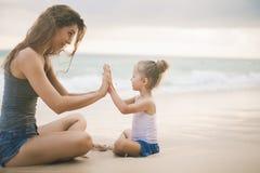 使用在海滩附近的妈妈和婴孩 旅行与家庭,孩子 免版税库存图片