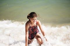 使用在海滩,软的焦点,海滩概念的波浪的一个俏丽的女孩 免版税图库摄影