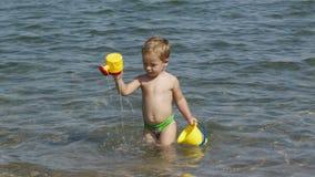使用在海的可爱的小男孩 股票视频