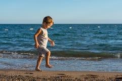 使用在海的微笑的小男婴 正面人的情感,感觉, 库存图片