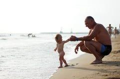 使用在海的微笑的祖父和孙子 库存图片