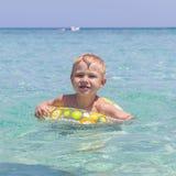 使用在海的愉快的孩子 暑假概念 库存图片