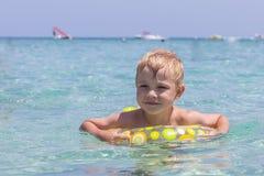 使用在海的愉快的孩子 暑假概念 免版税库存照片