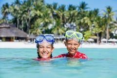 使用在海的愉快的孩子 获得的孩子乐趣户外 暑假和健康生活方式概念 库存图片
