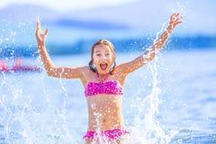 使用在海的逗人喜爱的女孩 愉快的青春期前的女孩享受夏天水和假日在假日目的地 免版税库存照片