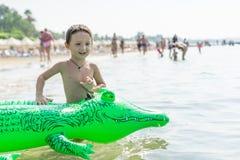 使用在海,海洋的画象微笑的小男婴 正面人的情感,感觉,喜悦 做vacati的滑稽的逗人喜爱的孩子 免版税图库摄影