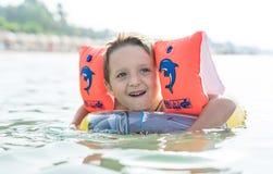 使用在海,海洋的画象微笑的小男婴 正面人的情感,感觉,喜悦 做vacati的滑稽的逗人喜爱的孩子 免版税库存图片