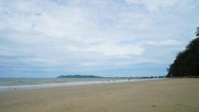 使用在海滩的女孩的时间间隔英尺长度 股票录像