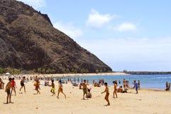 使用在海滩的孩子享用太阳 库存图片