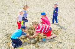 使用在海滩的孩子 免版税库存照片