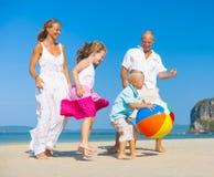 使用在海滩的家庭 免版税图库摄影