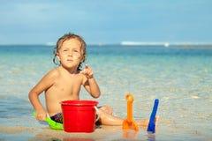 使用在海滩的小男孩在天时间 库存照片