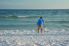 使用在海滩的小男孩 免版税库存图片