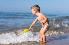 使用在海滩的小男婴 免版税库存照片