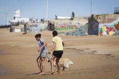 使用在海滩的少年 免版税库存照片