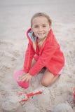使用在海滩的微笑的女孩画象 库存图片