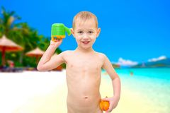 使用在海滩的愉快的年轻男孩 库存图片
