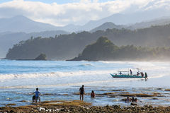 使用在海滩的日出的孩子巴拉望岛在著名地下河旁边 图库摄影