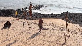 使用在海滩的未认出的漫步的绳索步行者 股票录像