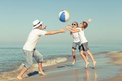 使用在海滩的父亲和女儿在天时间 库存图片