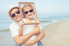 使用在海滩的父亲和女儿在天时间 库存照片