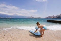 使用在海洋的逗人喜爱的孩子 图库摄影