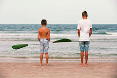 使用在海洋,友谊o的少年的两个兄弟 免版税图库摄影