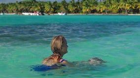 使用在清楚的海水的母亲和儿子 股票录像