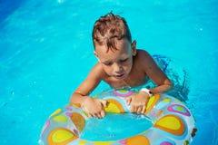 使用在游泳池大海的愉快的孩子  库存图片